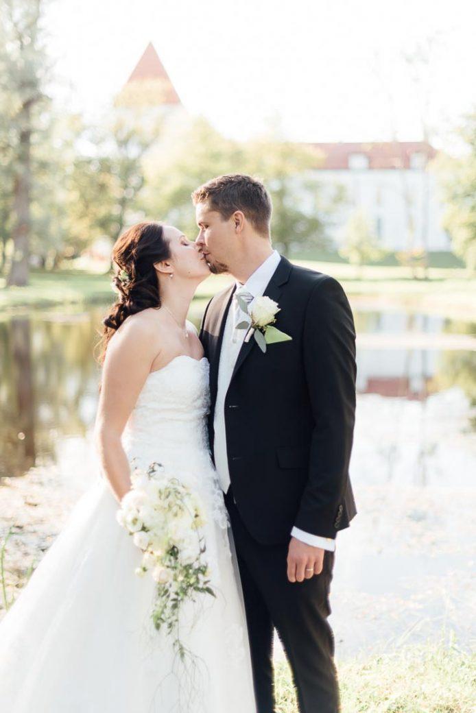 happy-green-wedding-in-castle-15