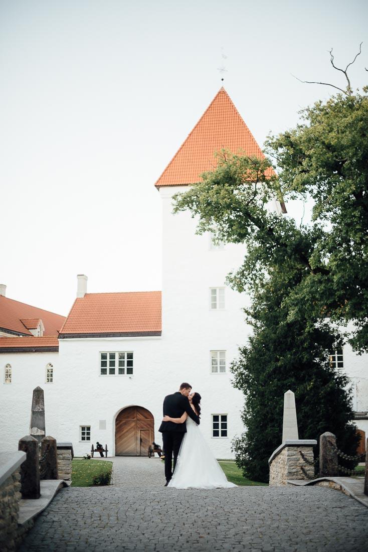 happy-green-wedding-in-castle-28